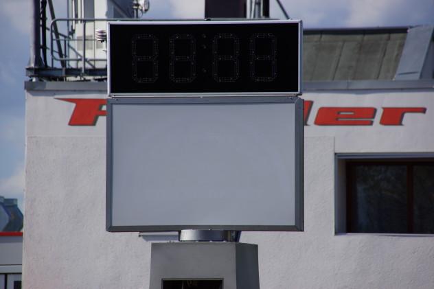 LED Uhr auf Pylonen 2