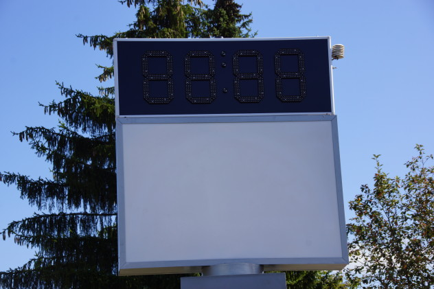 LED Uhr auf Pylonen ausgeschalten