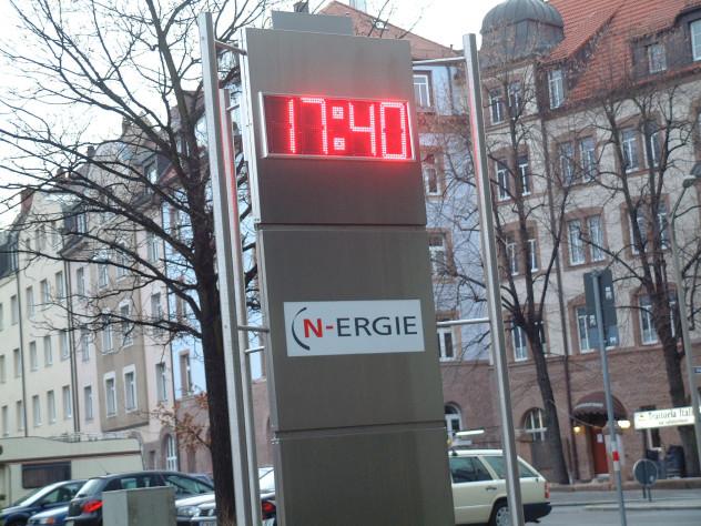 LED Uhr in Edelstahl Pylonen