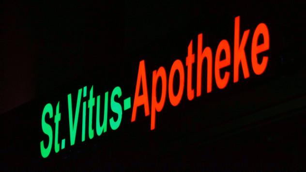 LED-Apothekenschriftzug-St-Vitus-leuchtend-Nacht